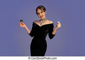 青, モデル, 光沢がある, 2, 微笑, ポーカー, ポーズを取る, バックグラウンド。, casino., 提示, 黒, 緑のドレス, クローズアップ, ブルネット, 紫色, チップ, jewelry.