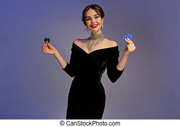 青, 光沢がある, 女性, 2, 微笑, ポーカー, ポーズを取る, バックグラウンド。, casino., 提示, 黒, 緑のドレス, クローズアップ, ブルネット, 紫色, チップ, jewelry.