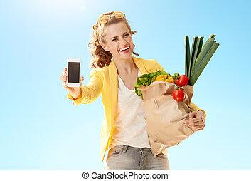 青, 携帯電話, 女, 提示, 空, に対して, 袋, ペーパー, 食料雑貨, 空白 スクリーン