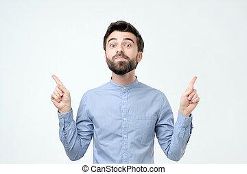青, 灰色, 彼の, ワイシャツ, 指すこと, 隔離された, バックグラウンド。, 指, 人
