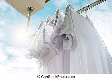 青, sky., 物干し綱, に対して, 白い tシャツ
