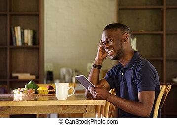 非洲人人, 坐, 在家, 使用, 数字牌子