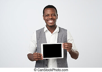 非洲人, 微笑, 以及, 顯示, 空白的屏幕, ......的, 現代, tablet.