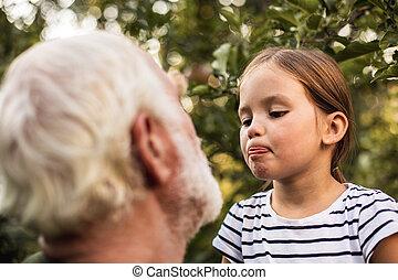 面白い, わずかしか, 彼女, 提示, 祖父, 屋外で, 女の子, 舌