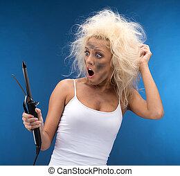 面白い, カール, 衝撃を与えられた, 毛, 壊される, device., ブロンド, 女の子, 見る