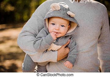 面白い, 彼の, 灰色, 一かじり, 手, 指, スーツ, お父さん, 柔らかい, 子供
