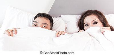 面白い, surprised., 恋人, 若い, ベッド, 見る, interracial, かいま見ること, アジア人, シート, 上に