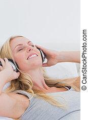 音楽, かなり, 女, ヘッドホン, 聞くこと