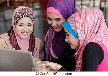 頭, 女, ラップトップ, muslim, 若い, 使うこと, カフェ, 友人, スカーフ