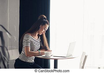 頭, 女, 計画, 彼女, ライト, 若い, ノート, コーカサス人, コーヒー, 感動的である, 情報通, 窓。, cafe., 素晴らしい, 飲むこと, 柔らかい, 日