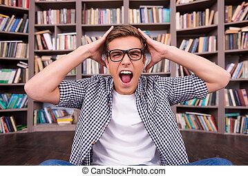 頭, 彼の, モデル, ない, 準備ができた, 若い, 衝撃を与えられた, 本棚, 間, 感動的である, に対して, 手, exams., 彼, 人, 最終的, 叫ぶこと