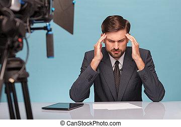 頭, 彼の, 痛み, 感じる, 専門家, マレ, ニュースキャスター