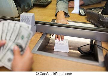 顧客, お金を与えること, 事務員, レシート, 銀行