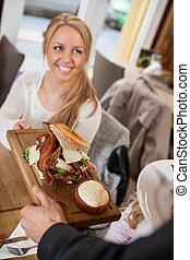 顧客, ウエーター, サービングの食糧, 女性
