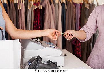 顧客, クレジット, 受け取ること, 女子販売員, カード