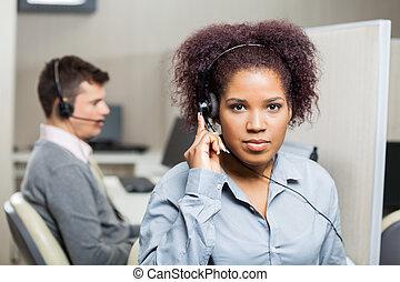 顧客, ヘッドホン, サービス技術者, 女性, 使うこと