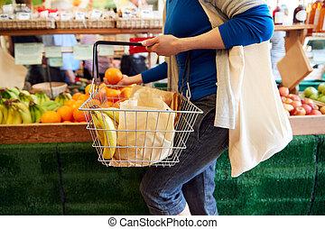 顧客, 女性, 有機体である, 終わり, バスケット, 産物, 購入, 農場の 店, 新たに, 買い物