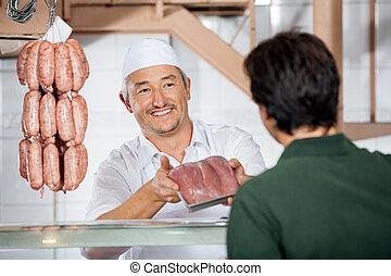 顧客, 提示, ソーセージ, パックされた, 肉屋