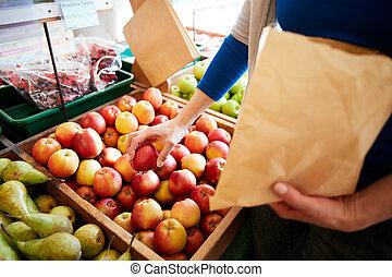 顧客, 袋, 有機体である, 終わり, 女, 購入, 農場の 店, 新たに, ペーパー, りんご