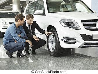 顧客, 見なさい, これら, 自動車, 提示, 若い, advantages, tires!, セールスマン