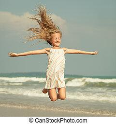 飛行, ジャンプ, 浜, 女の子, 上に, 青, 海の 海岸, 中に, 夏 休暇