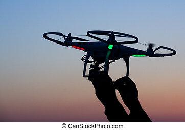 飛行, 雄峰, 由于, 照像機, 上, the, 天空, 在, 傍晚