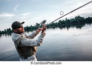 飛, witth, 兩個都, 握住, 鞭笞, concentrated., action., 漁夫, salmon., 抓住, 嚴肅, 人, 嘗試, hands., 他