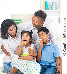 食べること, 家族, 屋内, 氷, indian, 楽しむ, クリーム