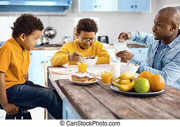 食べること, 談笑する, 父, 若い, 間, 息子, 弱拍, 朝食