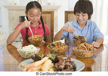 食べること, 部屋, chinese の食物, 若い, 2, 食事をする, 微笑, 子供