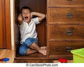 食器棚, 隠ぺい, わずかしか, 叫ぶこと, 男の子