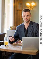 食物, ビジネスマン, ラップトップ, mobilephone, 持つこと