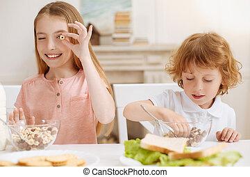 食物, 活気に満ちた, ∥(彼・それ)ら∥, 楽しみ, 兄弟, 称賛に値する, 持つこと