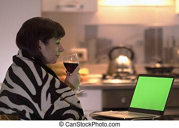 飲み物, ブルネット, モニター, 彼女, ガラス, 手, スクリーン, 手掛かり, 若い, 夕方, 顔つき, ラップトップ, chromakey