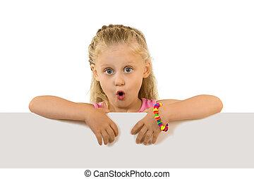驚かされた女の子, ∥で∥, 長い髪, 後ろ立つこと, ∥, 空, 旗, 隔離された, 白