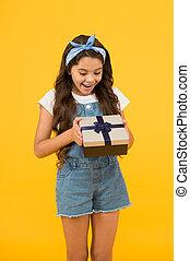 驚き, 契約, 最も良く, プレゼント, birthday, セール, 黒人の少女, 彼女。, 子供, concept., sales., gift., 黄色, 夏, 実質, 驚かされる, discount., わずかしか, happiness., 開いた, 買い物, 金曜日, box., 背景, 急行