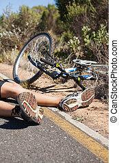 骑车者, 躺, 在道路上, 在之后, 一, 事故