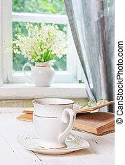 骨董品, スズラン, コーヒーカップ, 花束, お茶, 国, 春, 朝, 土台, 木製である, 窓, 本, レトロ, 家, テーブル, 白い花, 開いた, ∥あるいは∥