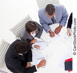 高い 角度, の, ∥, インターナショナル, 若い, ビジネス 人々, 論じる, a, 新しい, 作戦, 中に,...