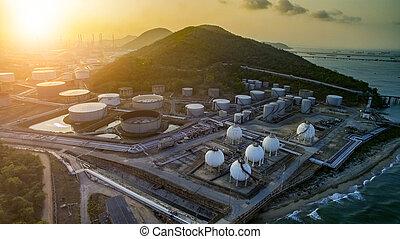 高い 角度 眺め, の, オイル, 石油化学 植物, そして, ガス, 貯蔵タンク, 中に, 重い,...