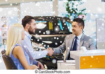 高兴的夫妇, 做, 交易, 带, 汽车交易商, 在, 沙龙