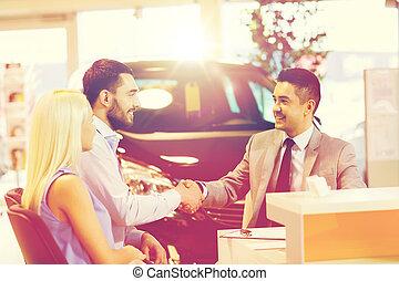 高兴的夫妇, 带, 汽车交易商, 在中, 汽车, 显示, 或者, 沙龙