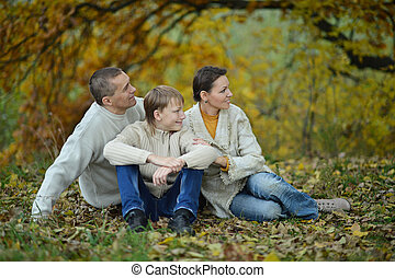 高兴的家庭, 在公园中, 坐