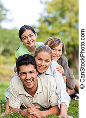 高兴的家庭, 在公园