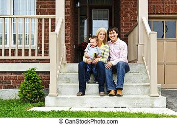 高兴的家庭, 在家