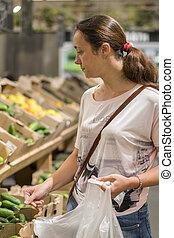 高兴, 少女, 购物, 各种各样, veggies, 同时,, 水果, 在中, a, 食物, store., 垂直, photo.