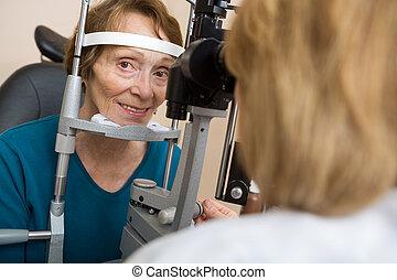 高級婦女, 有, 眼睛試驗