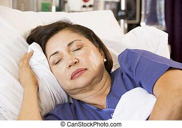 高級婦女, 睡著, 在, 醫院床