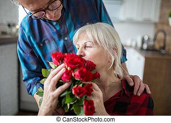 高級婦女, 藏品, 束玫瑰, 從, 她, 丈夫