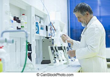 高級的雄性, 研究人員, 運載, 在外, 科學研究, 在, a, 實驗室, 使用, a, 气体色譜, (shallow,...